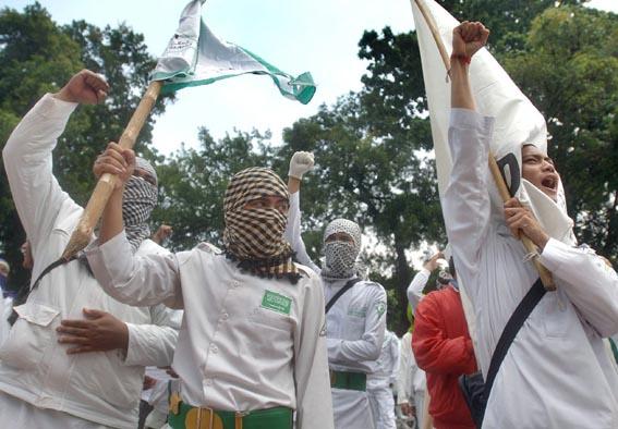 Sejumlah massa dari Front Pembela Islam (FPI) melakukan aksi di depan Gedung Mahkaman Konstitusi (MK), Jakarta, Rabu (27/1).