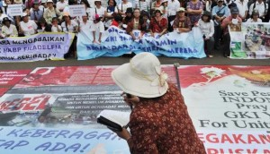 Jakarta – Persecuted Protestants Pray Outside Palace – Where Was Merkel?