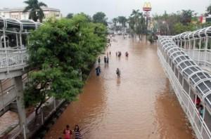 banjir-transjakarta-koridor-viii-masuk-tol-kebon-jeruk